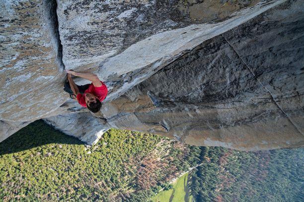 Alex Honnold harjoitteli El Capitanilla kuukausia kiipeilyreittiään vapaasooloaan varten. Kuvassa hän nousee seinämää ylös ilman apuvälineitä.