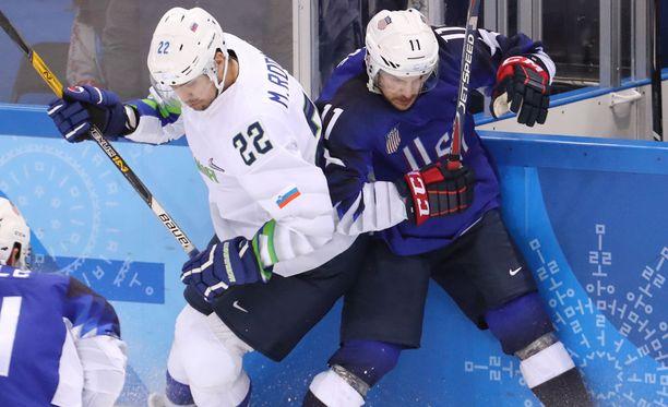 Garrett Roe (oik.) ja kumppanit kärsivät olympialaisten avausottelussa yllätystappion.