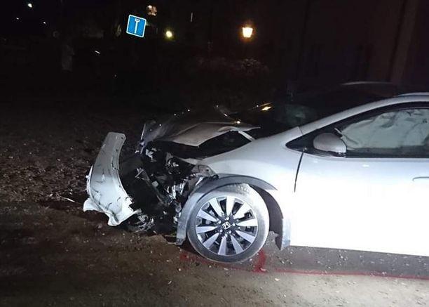 Kuva toisesta onnettomuusautosta. Hätäkeskus sai ilmoituksen kolarista sunnuntaina kello 17:52.