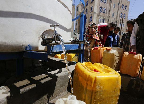 Avustusjärjestöt mahdollistavat puhtaan veden saannin Jemenissä.