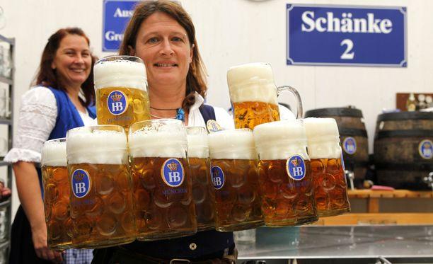 Taitavimmat tarjoilijat pystyvät kantamaan ja myös jakamaan yli kymmenen litran tuoppia.