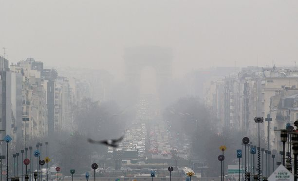 Pariisin riemukaari peittyi saastepilveen viime perjantaina.