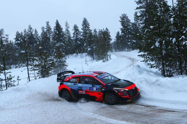 Oliver Solberg opettelee vielä WRC-auton tavoille.