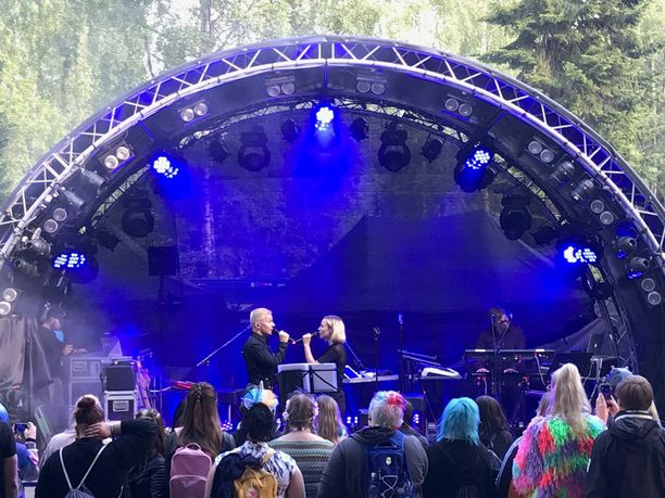 Antti Tuisku ja Paula Vesala ovat tehneet yhdessä Tuiskun kappaleet Hengitän ja Tähtiotsa.