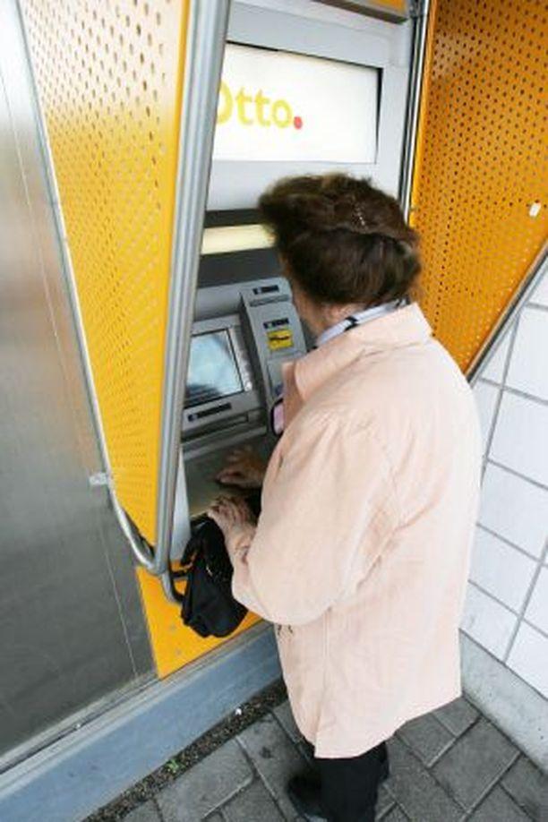 VAROVAISUUTTA Varkaat vaanivat pankkiautomaateilla asioivia ikäihmisiä.