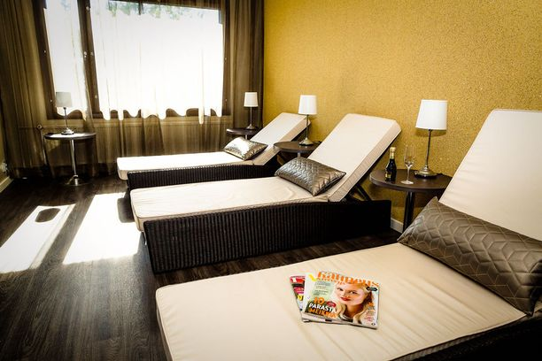 Lepohuone, jossa voi rentoutua hoitojen välillä.