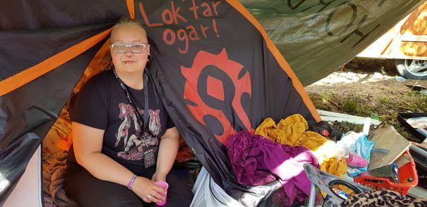Moni kolmekymppinen haluaa viettää festarinsa teltan sijaan hotellissa, mökillä tai asuntoautossa. Marika Miettiselle viikot festariteltassa ovat vuoden kohokohta.
