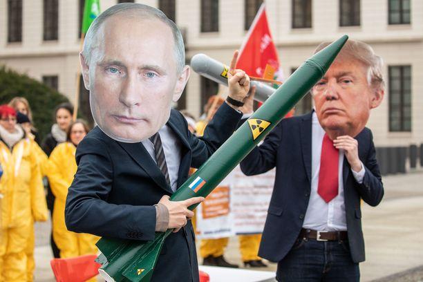 Mielenosoittajat vastustivat perjantaina Berliinissä INF-sopimuksesta luopumista.
