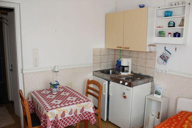 Kannonkoskella sijaitsevan yksiön 12 neliöön on saatu mahdutettua jopa ruokapöytä. Pienessä yksiössä kannattaa hyödyntää kaikki seinätilat. Esimerkiksi katonrajaan saa helposti säilytystilaa hyllyjen avulla.