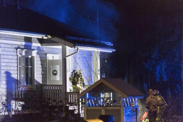 Kymenlaakson pelastuslaitos sai hälytyksen Kanervatiellä syttyneestä rakennuspalosta kello 22.38.