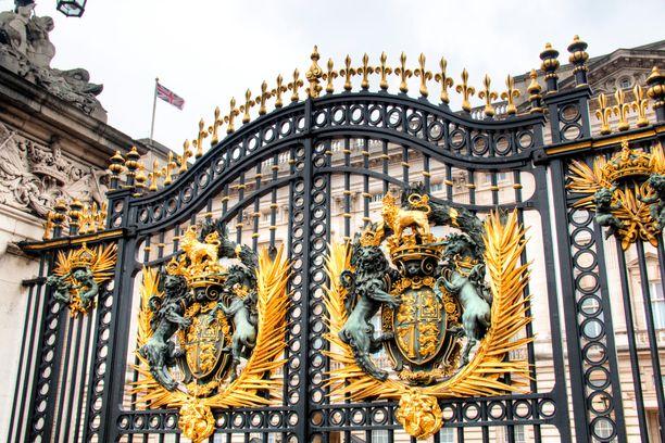 Kuvassa kuningasperheen virallisen asuinpaikan, Buckinghamin palatsin portti.