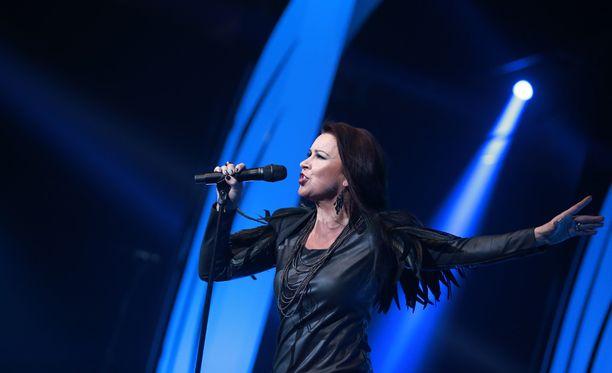 Arja Koriseva esiintyi vaihteeksi vakavalla naamalla.