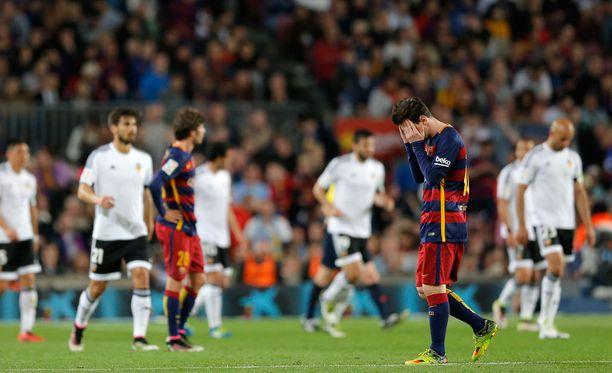 Lionel Messi painoi päänsä Barcelonan kompuroidessa.