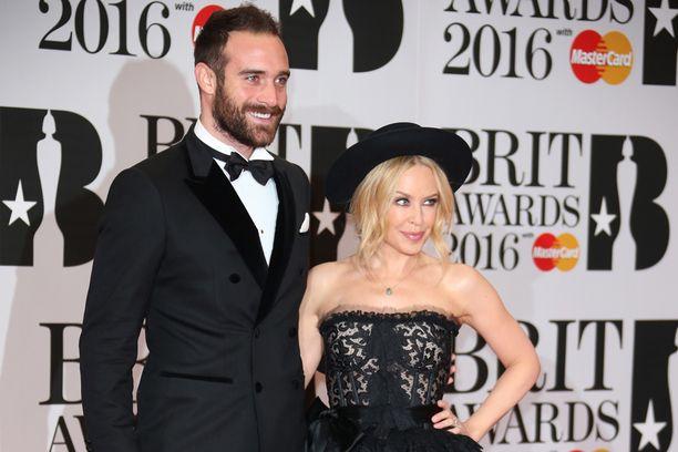 Kylie Minogue ja tuore kihlattu, näyttelijä Joshua Sasse.
