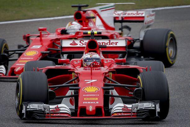 Sebastian Vettel ei kauaa viihtynyt tallikaverinsa takana.