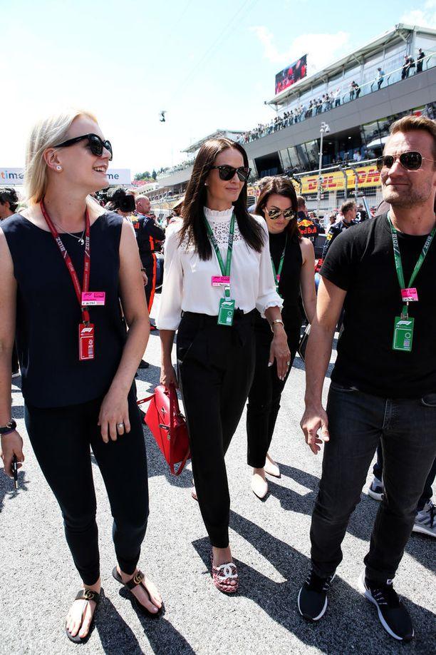 Minttu Räikkönen (kesk.) on F1-varikon kuvatuimpia kaunottaria. Vierellä vasemmalla Valtteri Bottaksen vaimo, ratsastaja Emilia Bottas.