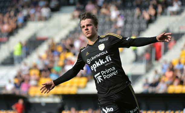 SJK:n Roope Riski himoitsee Suomen cupin voittoa.
