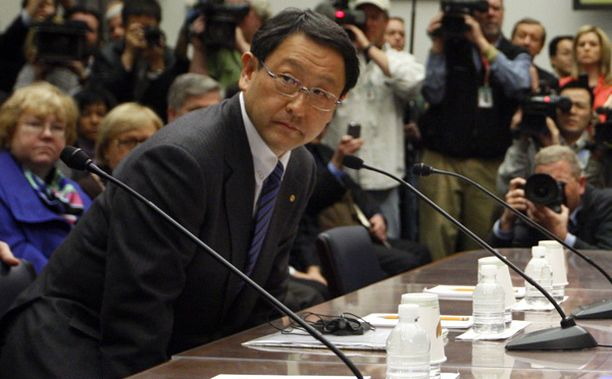 Akio Toyoda pyysi anteeksi autojen virheitä.