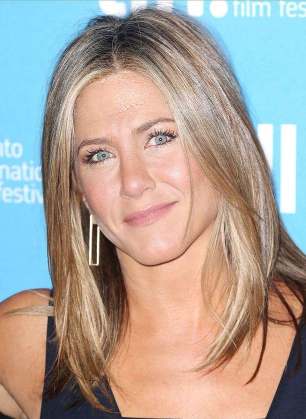 Neliömäiset kasvot omaava Jennifer Anistonin jakaus on lähes keskellä päätä.
