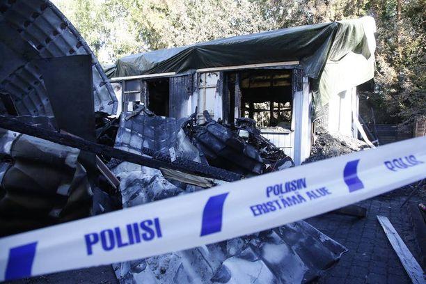 Poliisin tutkimusten mukaan kuollut henkilö on vuonna 1979 syntynyt nainen, joka asui Kavaljeerinkujalla sijaitsevassa rivitalossa. Aviomies vangittiin eilen.