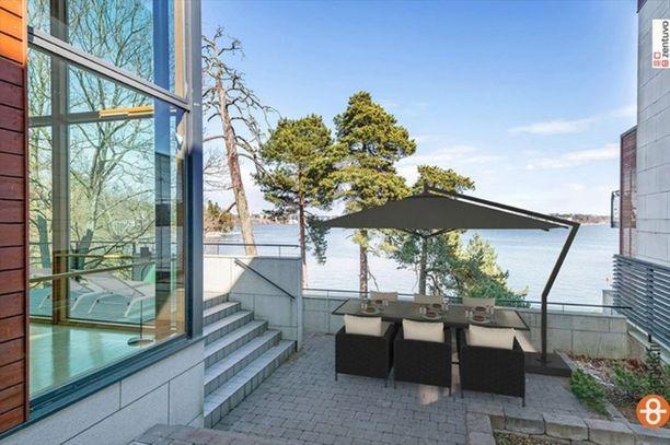 Rakennukseen kuuluu oma rantakaista ja laituri. Pihalla on myös yksityinen terassi.