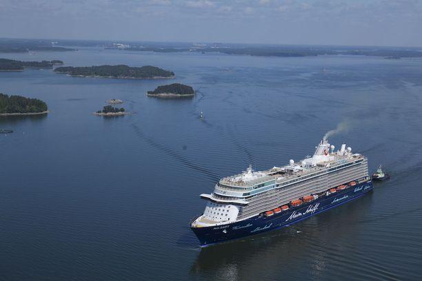 Helsinkiin saapuvan Mein Schiff 6:n sisaralus Mein Shiff 5. Molemmat on rakennattu Turussa.