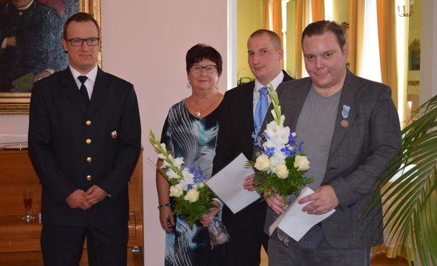 Juho Vänttinen (oik) ja Markus Laine vastaanottivat hengenpelastusmitalit tänään Itä-Suomen aluehallintovirastossa järjestetyssä edustustilaisuudessa. Mitalit luovuttivat Sirkka Jakonen ja Kai Horelli (vas).