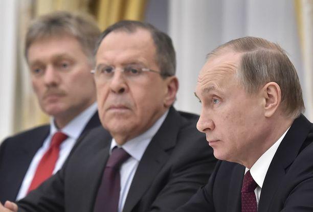 Venäjän presidentti Vladimir Putin (oik.), ulkoministeri Sergei Lavrov ja tiedottaja Dmitri Peskov ovat kiistäneet verkkohyökkäykset Yhdysvaltoihin.