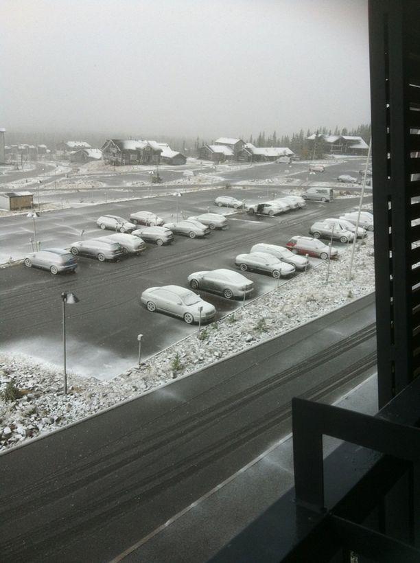 Ylläsjärvellä parkkipaikka oli valkea kello yhdentoista maissa.