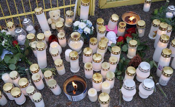 Porvoon Lyseon leikkipuistoon tuotiin maanantaina kynttilöitä surmatun lapsen muistolle.