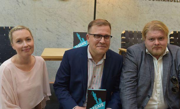 Salla Vuorikoski, Jussi Eronen ja Jarno Liski kirjansa Ylegate julkistustilaisuudessa.