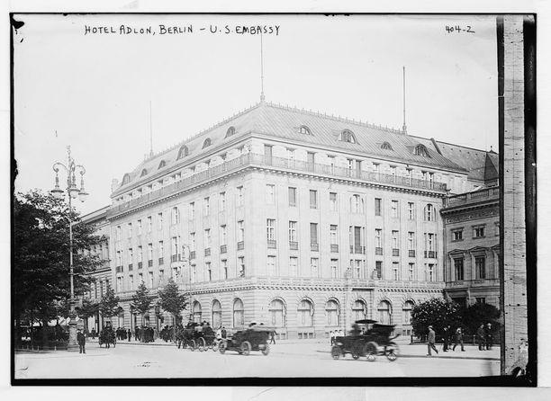 Adlon-hotelli 1900-luvun alussa, jolloin hotellissa asioivat niin kansakunnan kerma kuin kansainväliset julkkiksetkin.