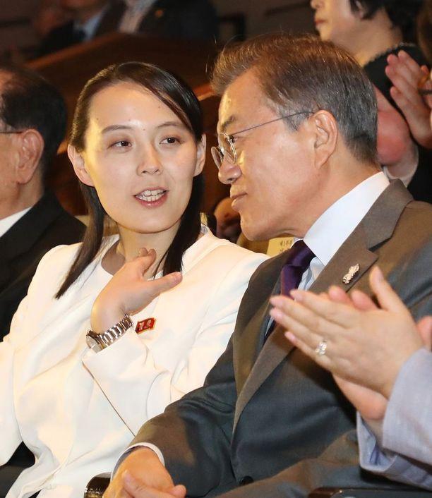 Etelä-Korean presidentti Moon Jae-in Pohjois-Korean johtajan pikkusiskon Kim Yo-jongin seurassa.