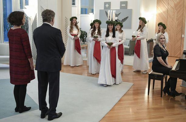 Sauli Niinistö ja puoliso rouva Jenni Haukio vastaanottivat perinteiset joulutervehdykset Mäntyniemessä viime vuonna.