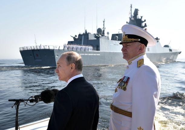 Venäjän presidentti Vladimir Putin ja Venäjän laivaston komentaja Nikolai Jevmenov laivaston paraatissa Pietarissa heinäkuussa. Paraatissa nähtyä kalustoa on mukana myös nyt meneillään olevassa harjoituksessa.