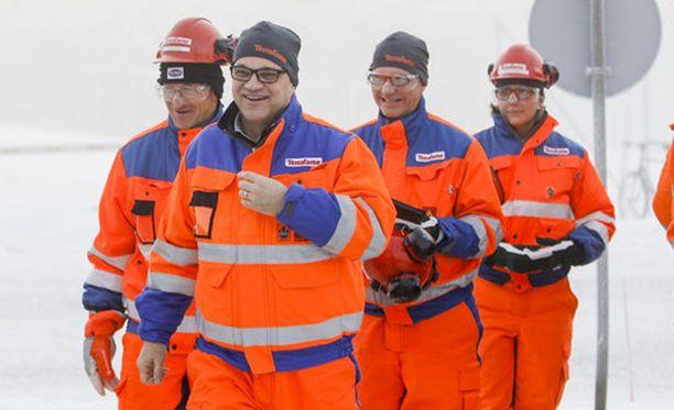Pääministeri Juha Sipilä (etualalla) kaivosvierailulla marraskuussa 2016.