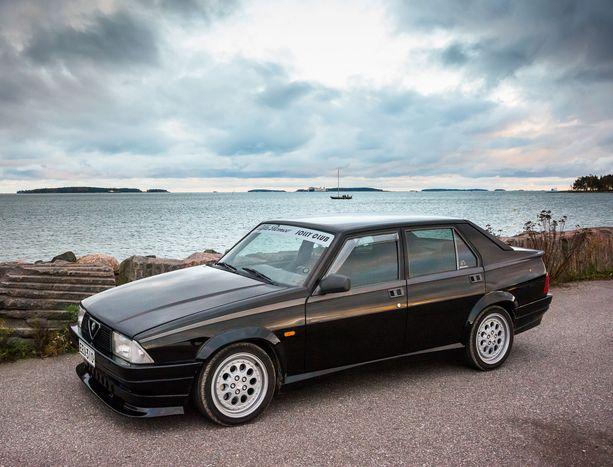 """Autoyksilö on alun perin Euroopan markkinoille valmistettu 75 Turbo America -versio, jossa on """"jenkkityyppiset"""" isot turvapuskurit. Ne on vaihdettu kevyempiin ja sirompiin Twin Sparkin versioihin."""