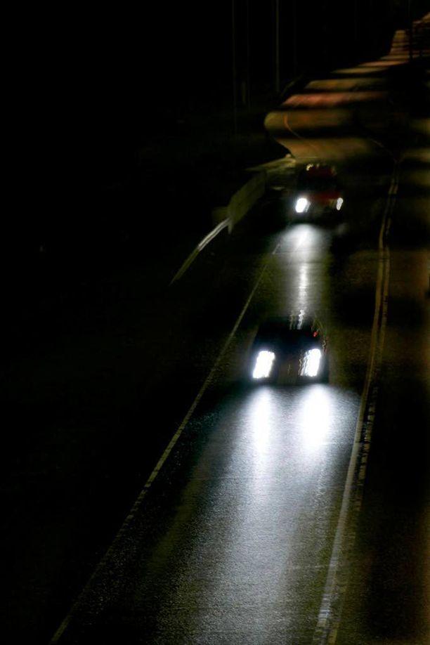 Syytetyn mukaan hänen taakseen ilmaantui kovaa vauhtia ajanut auto, joka vilkutteli valojaan. Kuvituskuva.