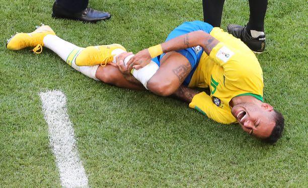 Neymarin reaktion perusteella Miguel Layunin temppu teki todella kipeää.