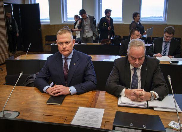 Eversti Markus Päiviö (vas.) saa tiistaina tuomion palvelusrikos- ja kunnianloukkausasiassa.