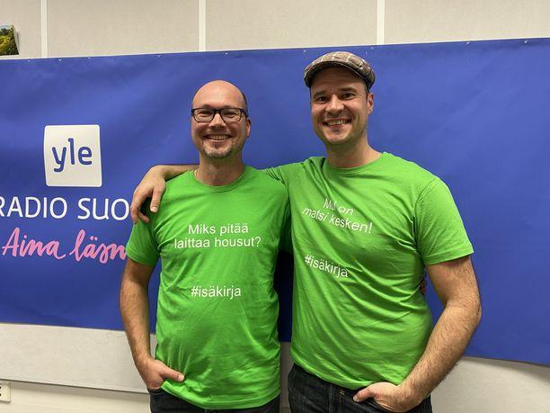 Markus ja Ilkka teetättivät kirjaprojektiin liittyen paidat, joissa on lasten sitaatit.