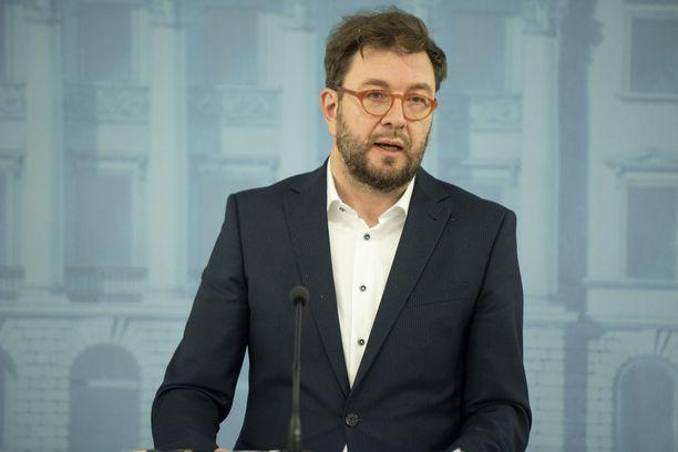 Timo Harakka sanoo, että koronatilanne on survonut tiedotusvälineet taloudelliseen pinteeseen.