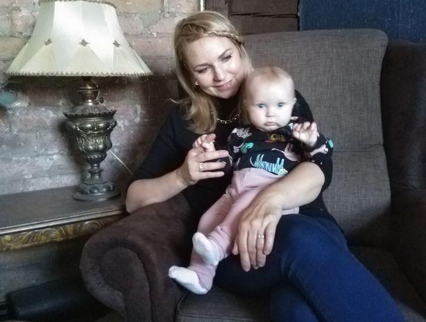 Anu Rekola on sisustanut tarkalla silmällä Nurmijärvellä sijaitsevaa vanhaa hirsitaloa. Louna-tytär syntyi perheen remonttiprojektin keskelle. Pikkuinen on innoittanut myös perheen remontista kertovaa blogia, joka kantaa nimeä Lounatuulen talo.