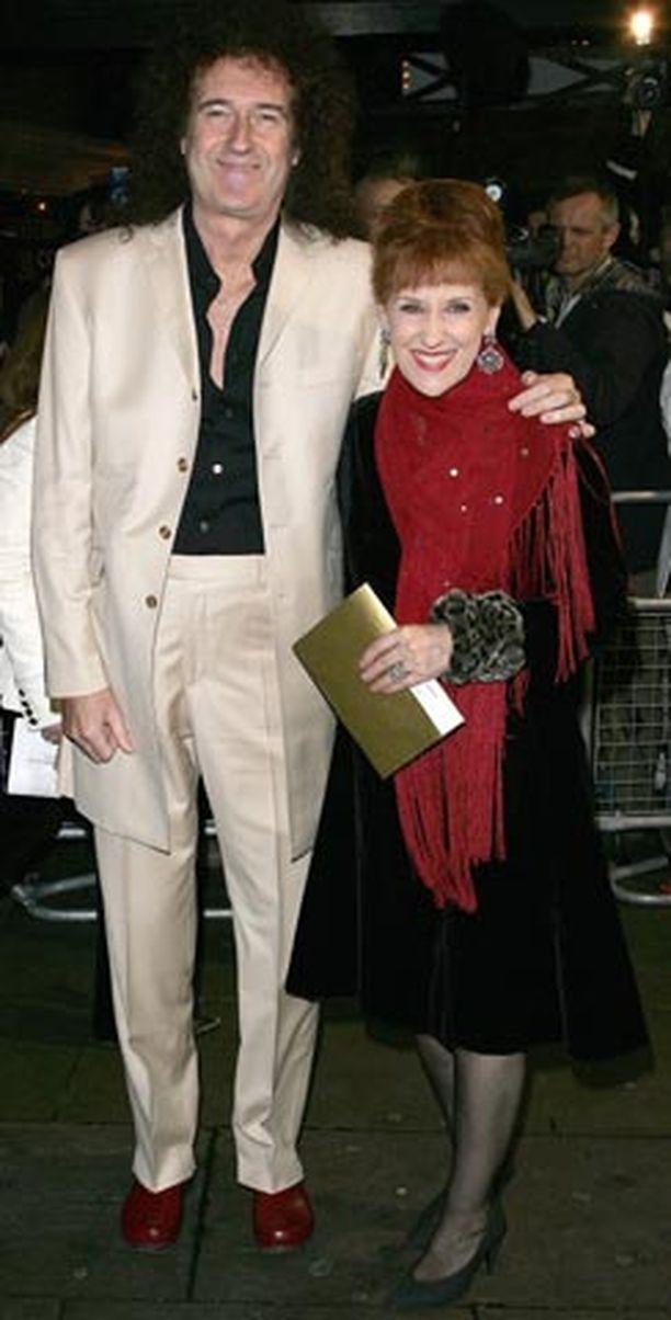 Legendaarisen Queen-yhtyeen ykköskitaristi Brian May on palannut ensirakkautensa pariin. Vierellä nykyinen rakastettu, vaimo Anita Dobson.