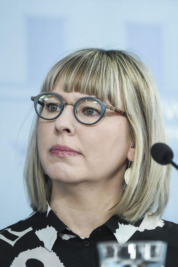 Sosiaali- ja terveysministeri Aino-Kaisa Pekonen kommentoi, että myös kunnissa, yksityisellä sektorilla, hoivakodeissa olisi pitänyt varautua hyvin,