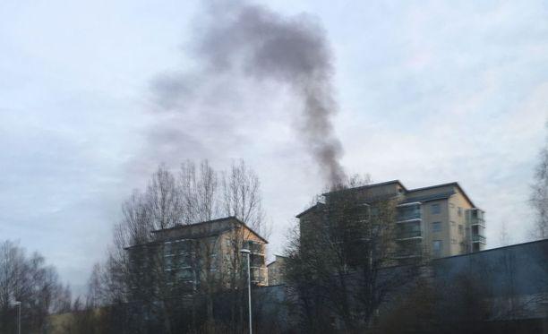 Kerrostalohuoneisto vaurioitui pahoin maanantaiaamuna Keravalla. Silminnäkijä soitti hätäkeskukseen nähtyään savua.