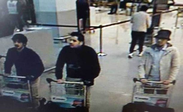 Lentokentän turvakameran kuvasta ainoastaan keskimmäinen mies on tunnistettu. Hän on Ibrahim el-Bakraoui.