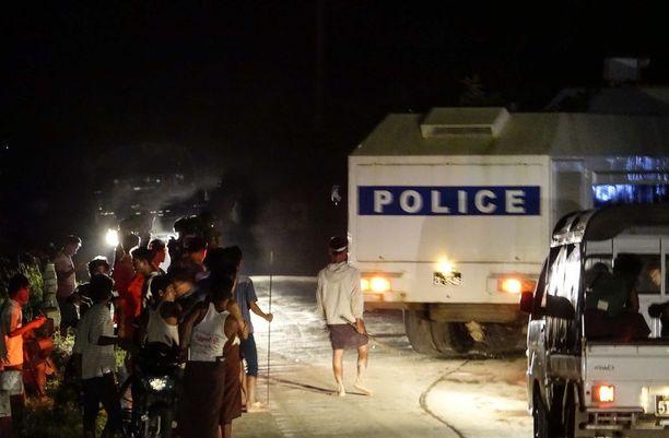 Sittwessä tapahtui keskiviikkona useita tunteja kestänyt avustusveneen piiritys. Myanmarin poliisi käytti lopulta polttopulloja heitelleen väkijoukon hajottamiseen muun muassa kumiluoteja.