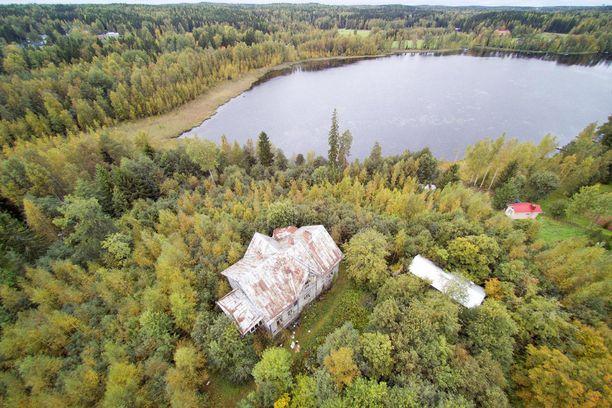 Talo sijaitsee Lempäälässä Ahostenjärven rannalla.