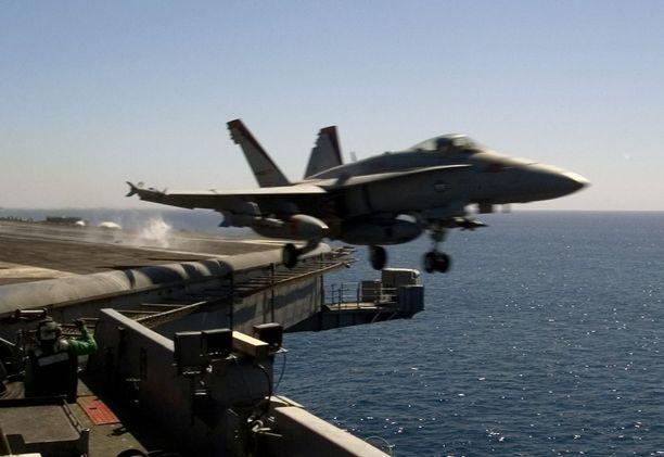Yhdysvallat hyökkäsi WTC-iskujen jälkeen ensimmäisenä Afganistaniin. Kuvassa Yhdysvaltain laivaston F/A-18 Hornet -hävittäjä nousemassa lentoon USS Carl Vinsonin sota-alukselta Persianlahdella. Kone on matkalla pommittamaan Afganistania lokakuussa 2001.